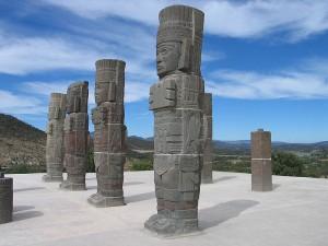 """""""...Я (Карлос Кастанеда) рассказал им, что ездил в город Толлан - столицу толтеков, (провинция Идальго), где посетил несколько археологических развалин. Больше всего на меня произвел впечатление ансамбль из четырех фигур, колоссальных, колоннообразных, называемых """"атланты"""", которые стояли на плоской крыше пирамиды""""..."""